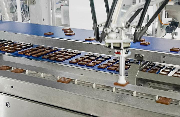 An dieser Station wird die Schokolade aus der Form gelöst und verpackt
