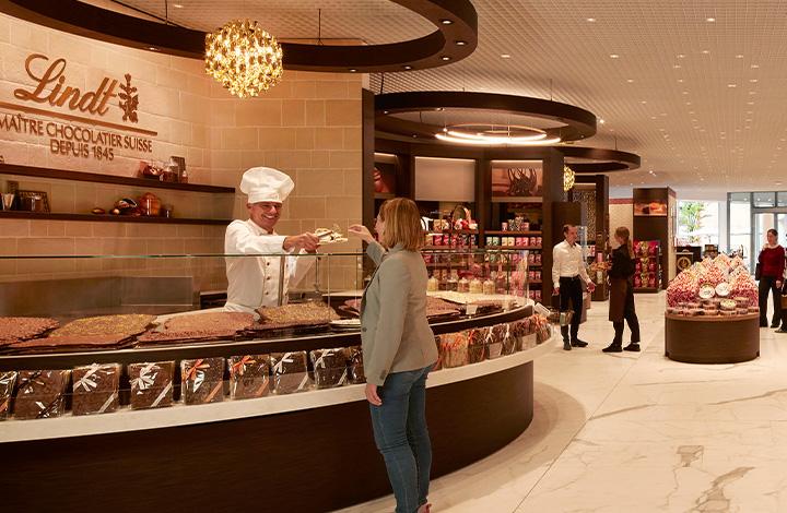 Ein echter Lindt Maître Chocolatier begutachtet eine frische Schokoladetafeln