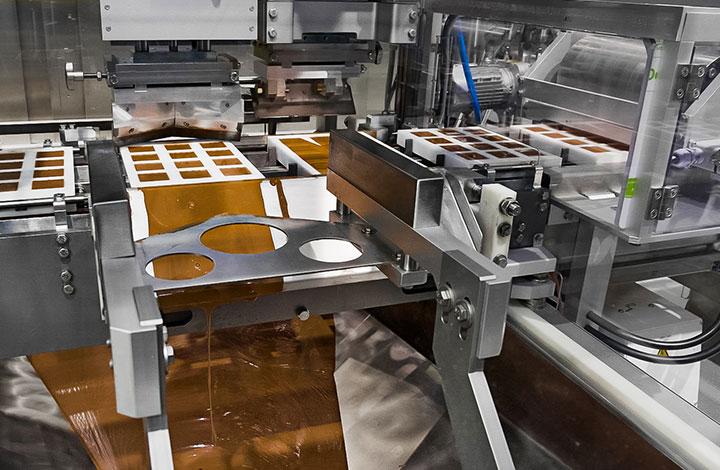 Les créations sont refermées avec du chocolat à la station du fond de tablette