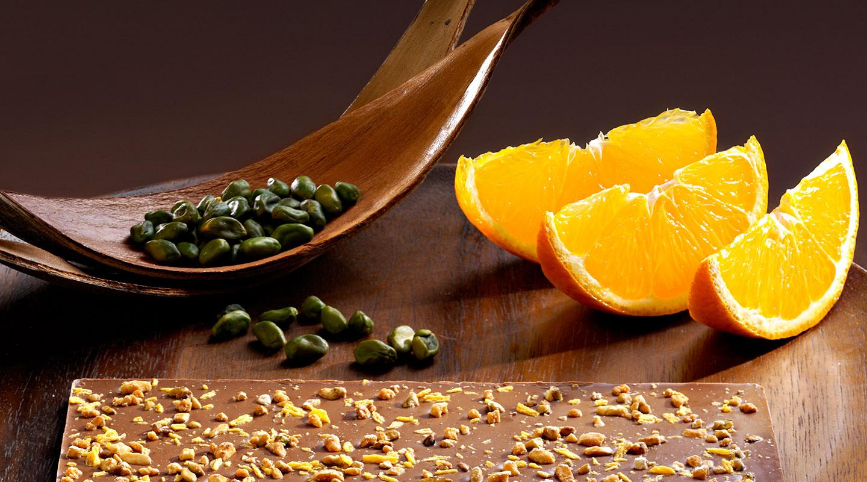 Tafel mit Nüssen und Orange