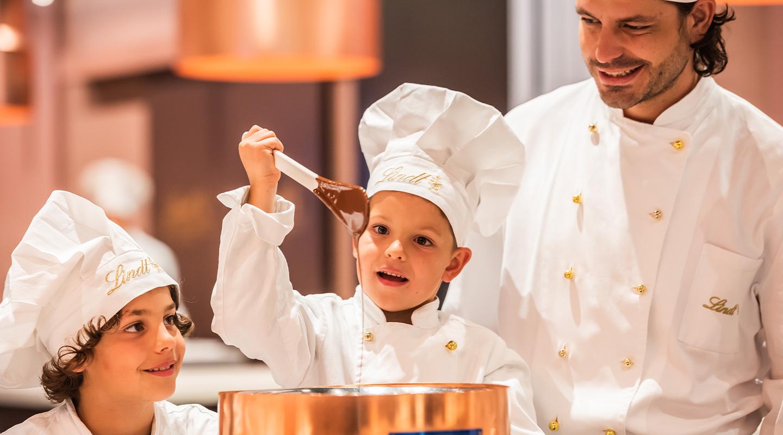 Kind rüht Schokolade mit Begeisterung